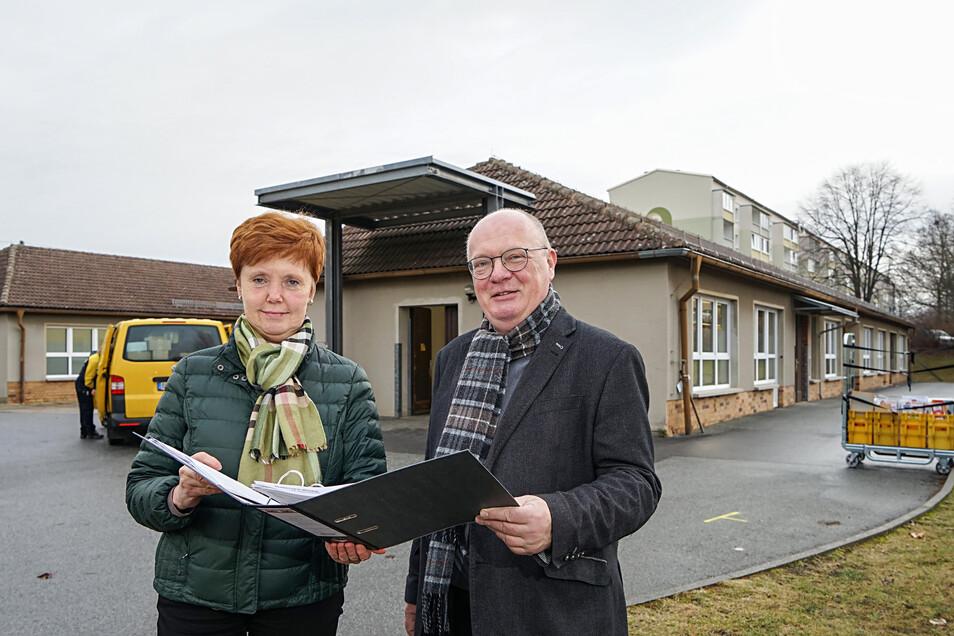 Bauamtsleiterin Andrea Richter und Bürgermeister Thomas Martolock planen einen neuen Kindergarten. Dieser soll im Cunewalder Ortsteil Weigsdorf-Köblitz entstehen.