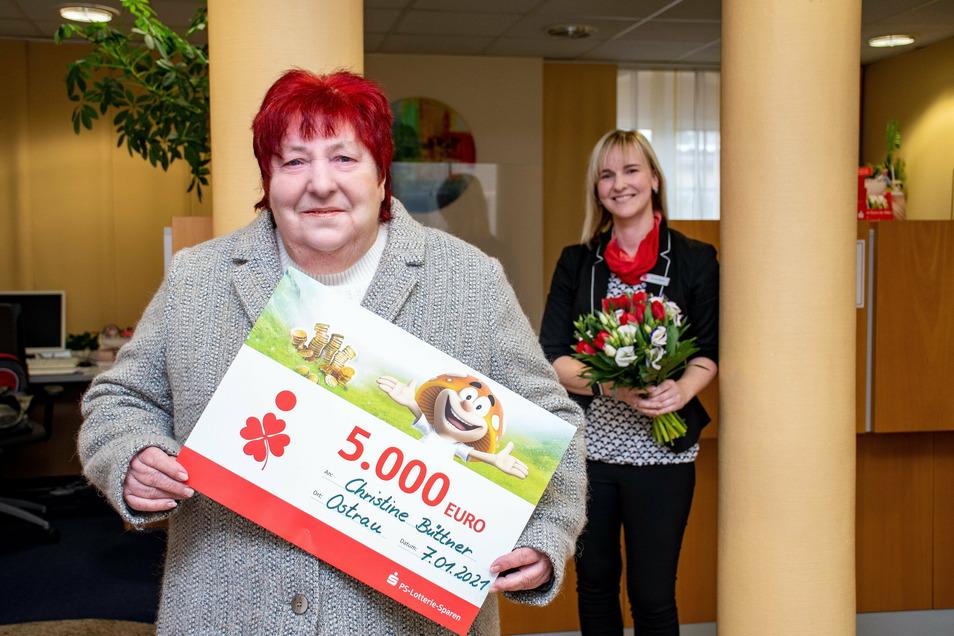Christine Büttner (vorn) aus Zschörnewitz hat beim PS-Lotterie-Sparen der Sparkasse gewonnen. Die frohe Botschaft überbrachte Ulrike Mutz, Kundenberaterin in der Sparkasse Ostrau.