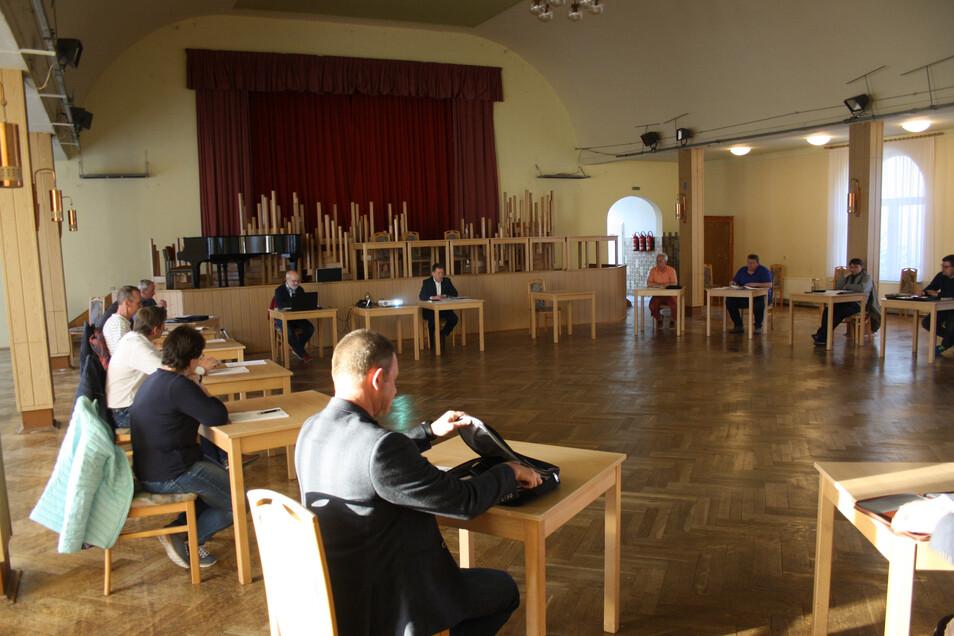 Die Gemeinderäte verteilten sich großzügig im Saal des Erbgerichts in Kurort Hartha.