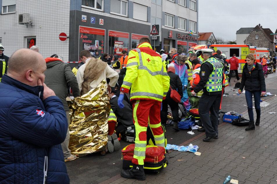Rettungskräfte kümmern sich um Verletzte, nachdem ein einheimischer 29-Jähriger in den Karnevalsumzug gefahren war.