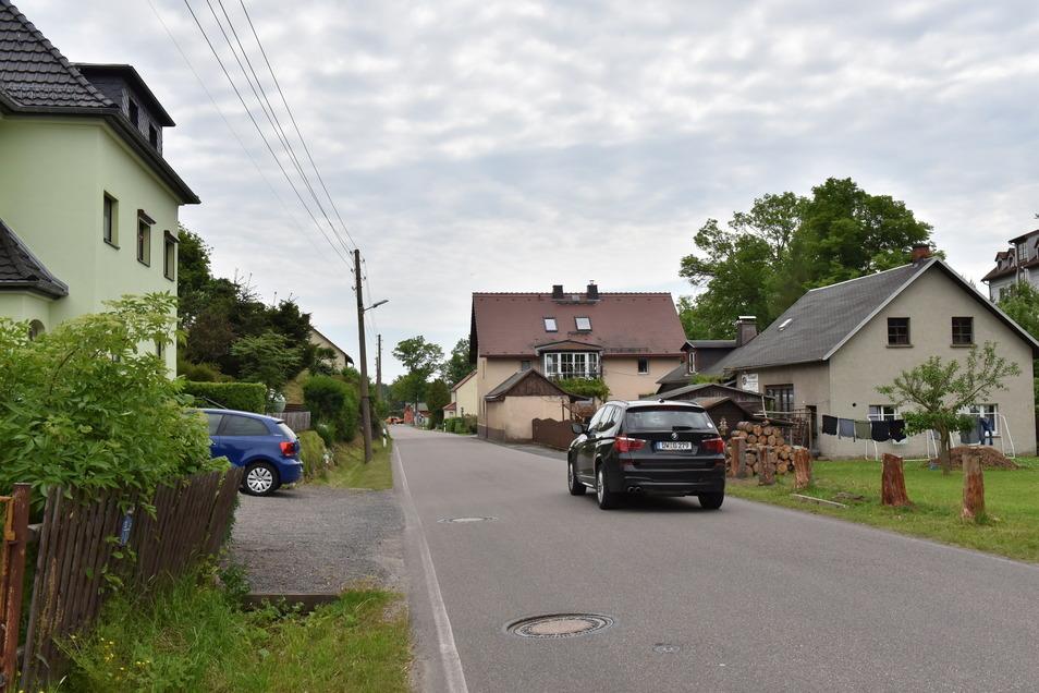 Entlang der Ortsdurchfahrt in Hirschbach soll ein neuer Gehweg entstehen, auch eine Erneuerung der Straße von Grund auf ist in Planung. Wann gebaut wird, ist noch offen.