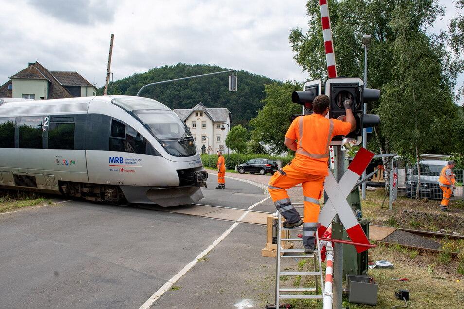Techniker versuchten, den Bahnübergang in Westewitz am Montag nach einem Blitzschlag zu reparieren.