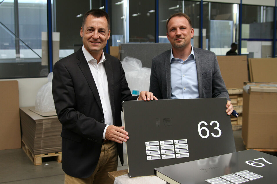 Der FDP-Bundestagsabgeordnete Torsten Herbst (links) hat die Firma Max Knobloch Nachf. GmbH in Döbeln besucht. Geschäftsführer Thomas Kolbe zeigt ein Bauteil für eine Briefkastenanlage.