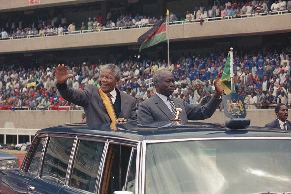 1990: Nelson Mandela (l), damaliger Präsident von Südafrika, und Daniel arap Moi, damaliger Präsident von Kenia, winken der Menge bei einer öffentlichen Kundgebung des Afrikanischen Nationalkongresses zu.