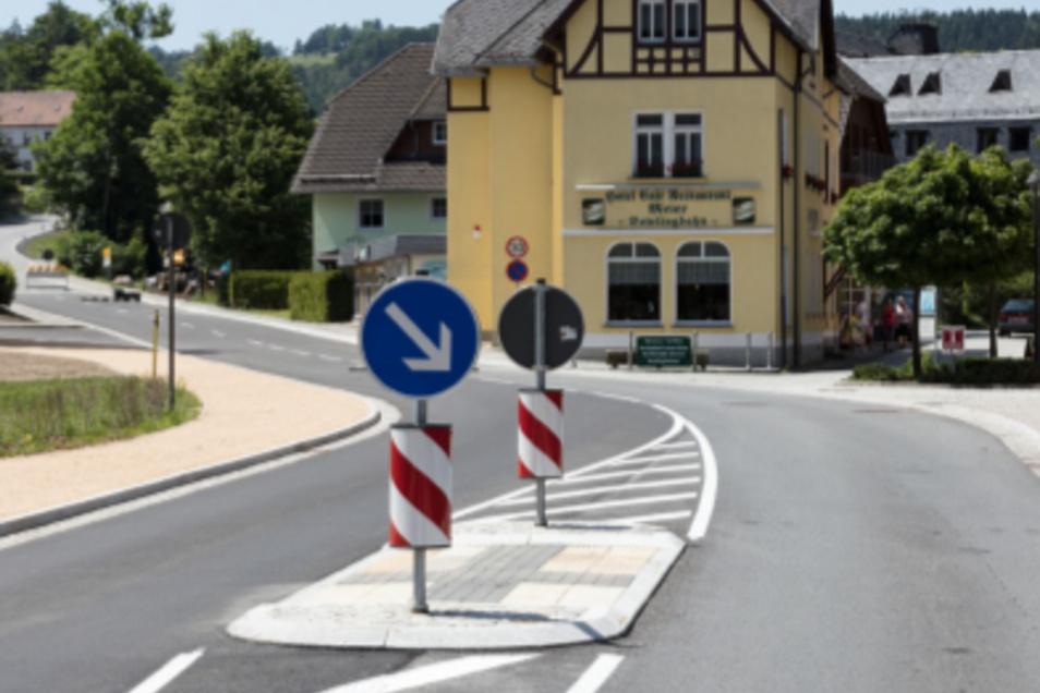 Über eine Verkehrsinsel gelangen Fußgänger jetzt sicher über die Straße.