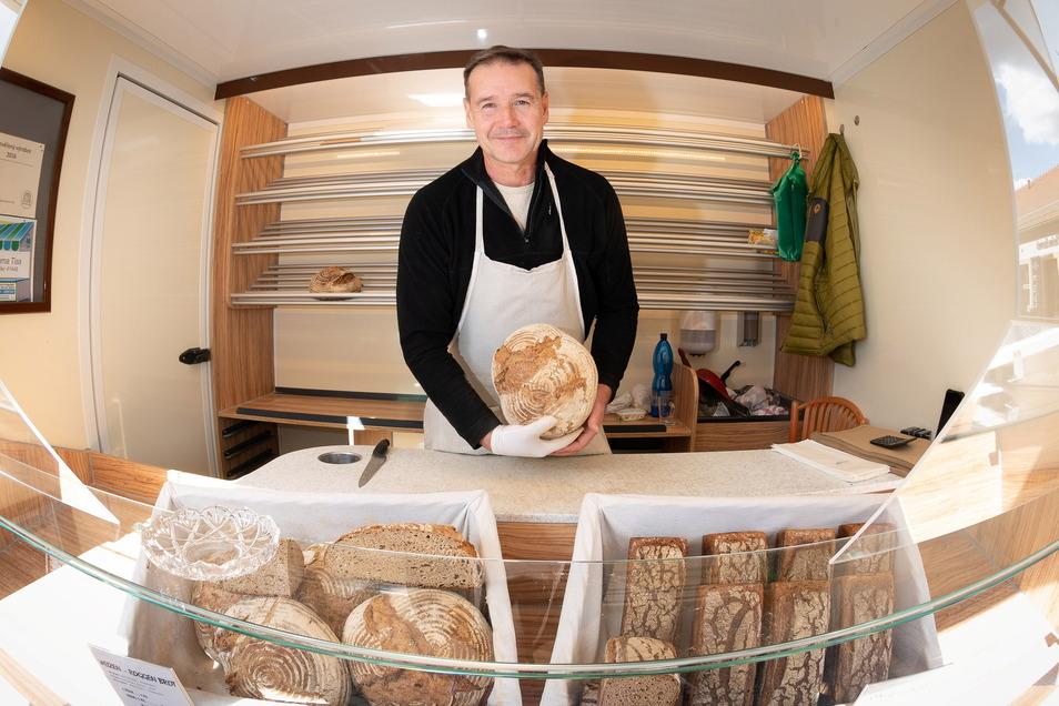 Erst seit zwei Monaten hilft David Španbaum seiner Frau im Brotwagen aus. Er kommt aus der Gemeinde Tissa in Tschechien und bietet wenige Sorten, aber ausschließlich in Handarbeit gefertigte Brote an.