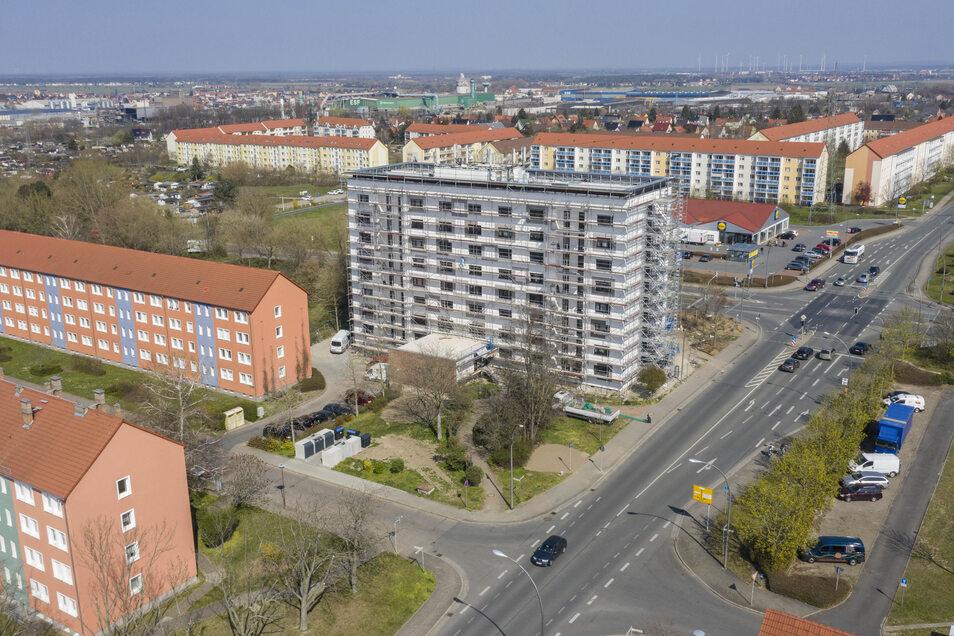 Hochhaus von oben: In das Objekt Chemnitzer Straße 2 investiert die WGR fünf Millionen Euro. In der Bildmitte ist die Chemnitzer Straße zu sehen, dahinter der Einkaufsmarkt an der Rostocker Straße.
