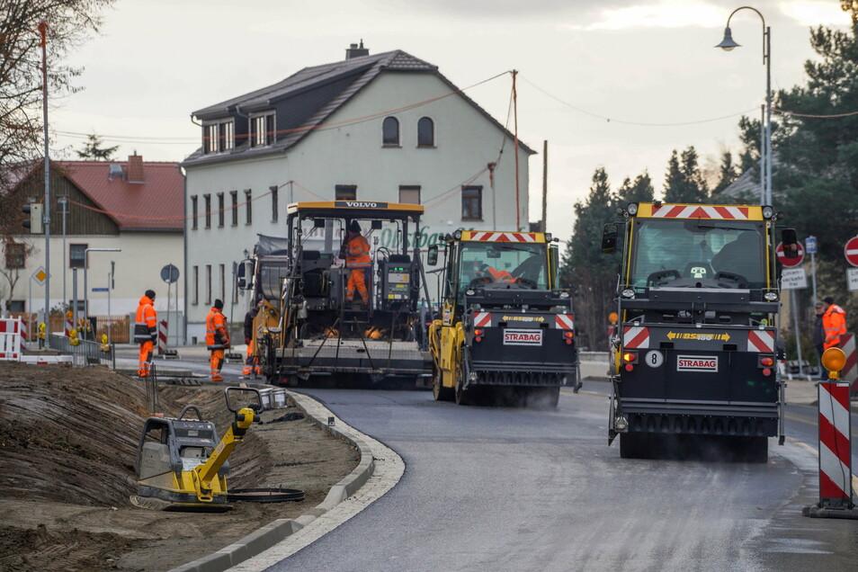 Hochbetrieb auf der Baustelle der B 98 in Rammenau: Noch vor Weihnachten soll die Straße für den Verkehr in beide Fahrtrichtungen freigegeben werden.
