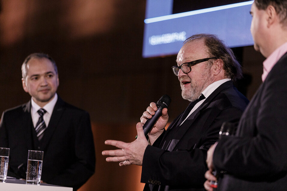 Filmproduzent Stefan Arndt (M.) nimmt beim Neujahrsempfang Stellung zu den Plänen von OB Octavian Ursu (l.).