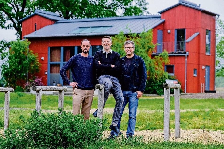 Der Bildhauer Tillmann Richter, der Graffiti-Künstler Sebastian Bieler und der Maler Matthias Haase (v.l.n.r) gestalten den ersten Teil des diesjährigen Moritzburger Kunstsommers am Roten Haus.
