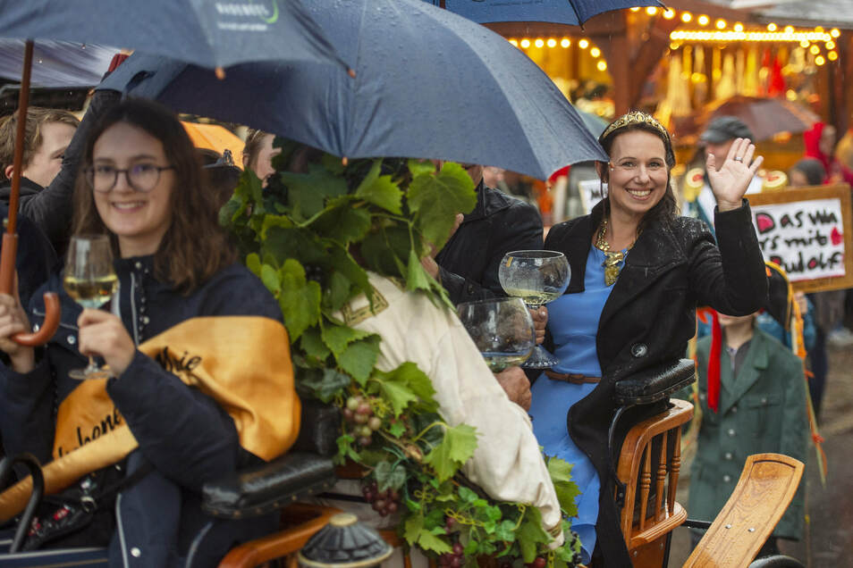Die Weinhoheiten kamen mit der Kutsche zur Eröffnung des 29. Herbst- und Weinfestes und des 14. Internationalen Wandertheaterfestvals auf dem Anger in Radebeul-Altkötzschenbroda.