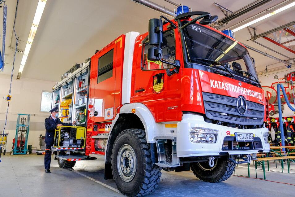 Der Radeburger Ortswehrleiter Henryk Wutke am neuen Katastrophenschutz-Tanklöschfahrzeug.