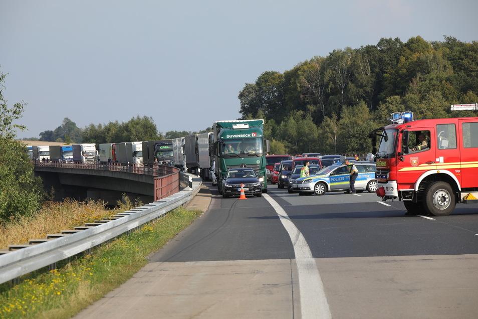 Die Autobahn war in Richtung Chemnitz gesperrt. Es bildete sich ein zirka 15 Kilometer langer Stau.