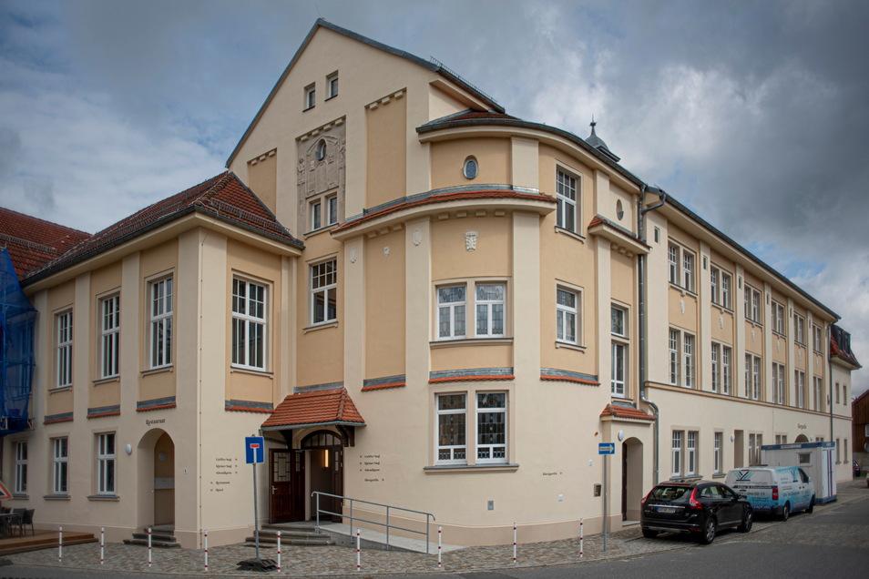 Ein großer Teil der Fassade des Rödersaals ist bereits saniert. Die letzten Gerüste am am Rödertalplatz sollen in der kommenden Woche fallen.