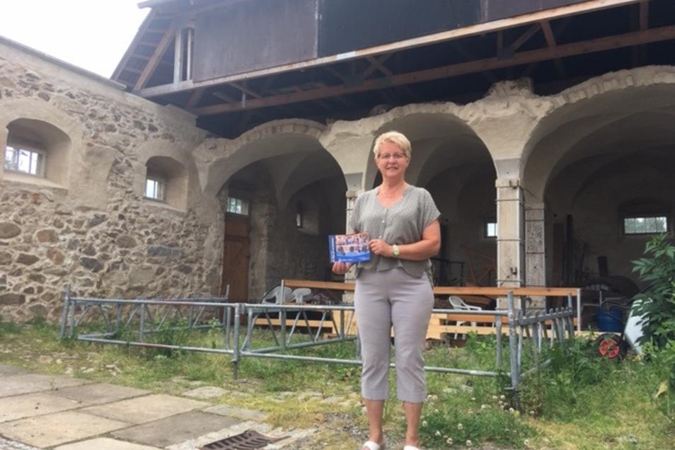 Martina Herrmann vor der alten Bühne im Pferdestallbereich.