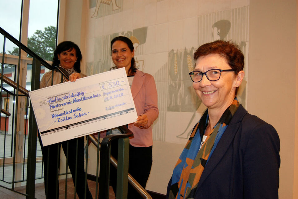 Angelika Harfmann und Daniela Sperschneider brachten Romy Stötzner (von links nach rechts) jetzt einen symbolischen Spendenscheck vorbei.
