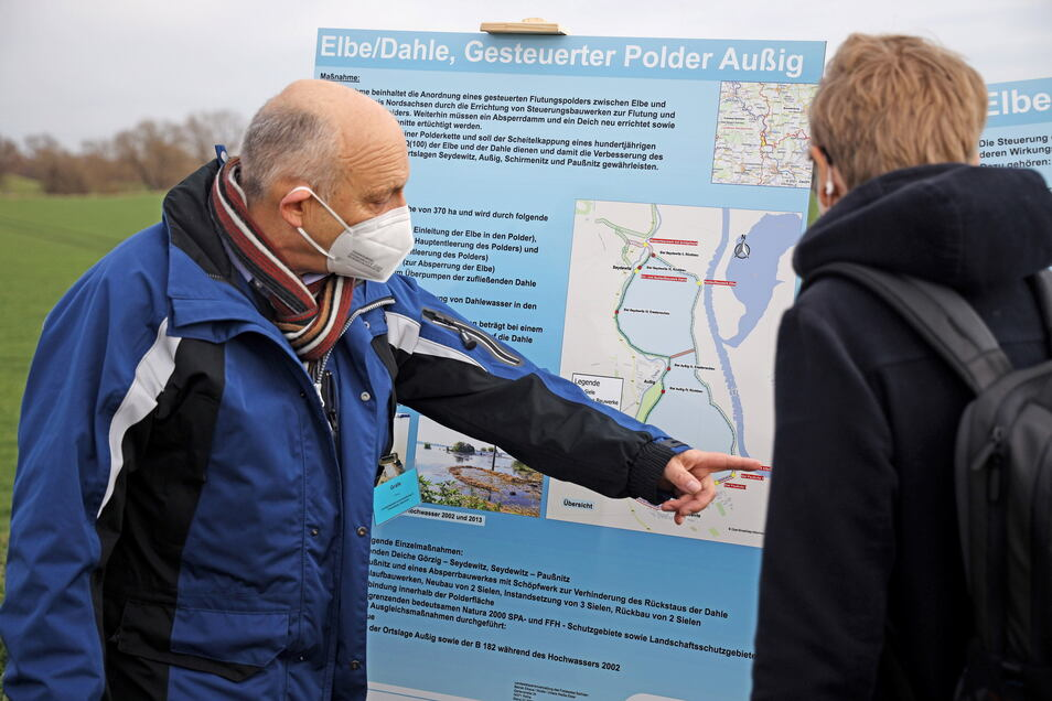 LTV-Geschäftsführer Heinz Gräfe (l.) erklärt am Montag die Funktionsweise des geplanten Polders bei Außig. Das 56 Millionen Euro teure Projekt verfolgt das Ziel, künftige Hochwasserscheitel zu kappen.