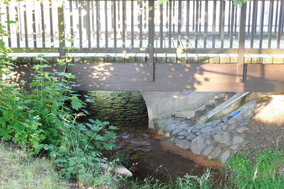 Auch der Floßgraben in Weißkeißel, der am Lindenweg und unter der B 115 fließt (weshalb es dort Durchlass sowie Rad-/Fußgängerbrücke gibt), wird gepflegt.