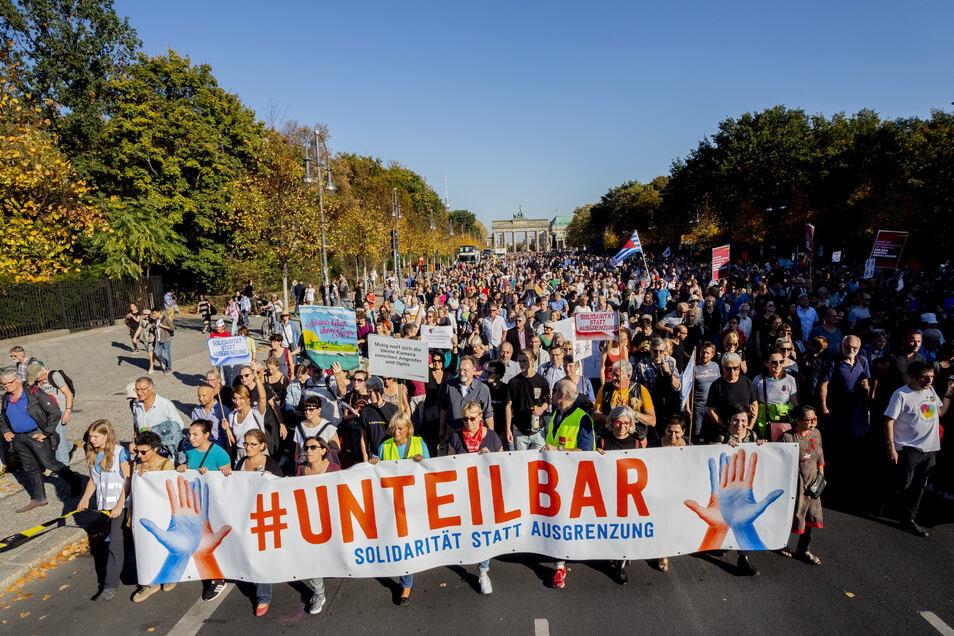 Ein Bild der Unteilbar-Demo aus Berlin. Dort soll im Oktober 2018 eine Viertelmillion Menschen für Solidarität auf die Straße gegangen sein