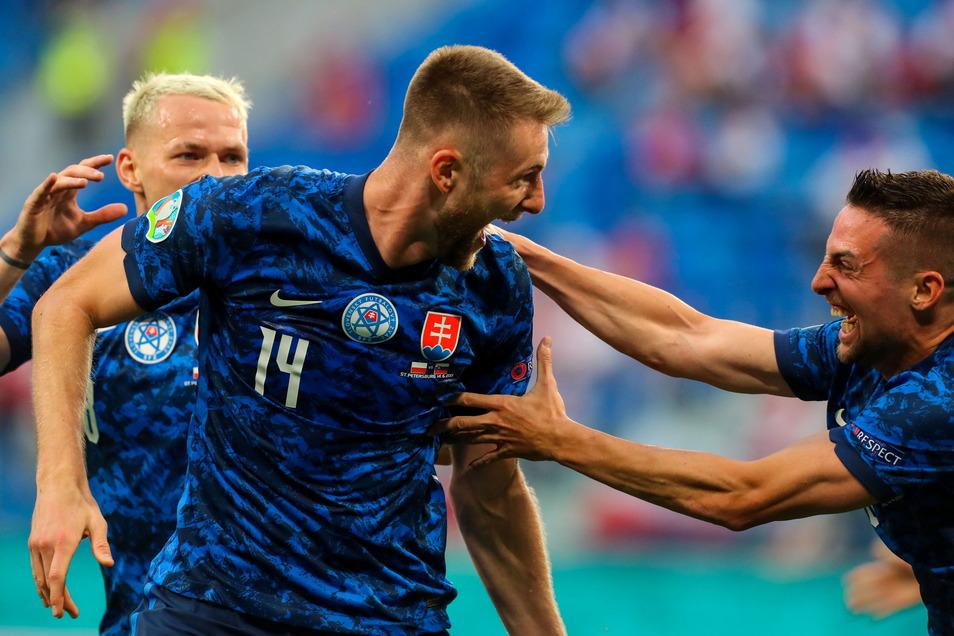 Slowake Milan Skriniar jubelt mit seinen Teamkollegen Ondrej Duda (l.) und Robert Mak über seinen Treffer zum 1:2.