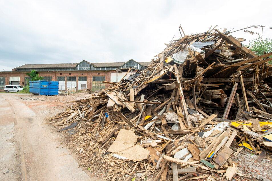 Noch bestimmen vielerorts die Haufen der abgerissenen Gebäude das Bild.