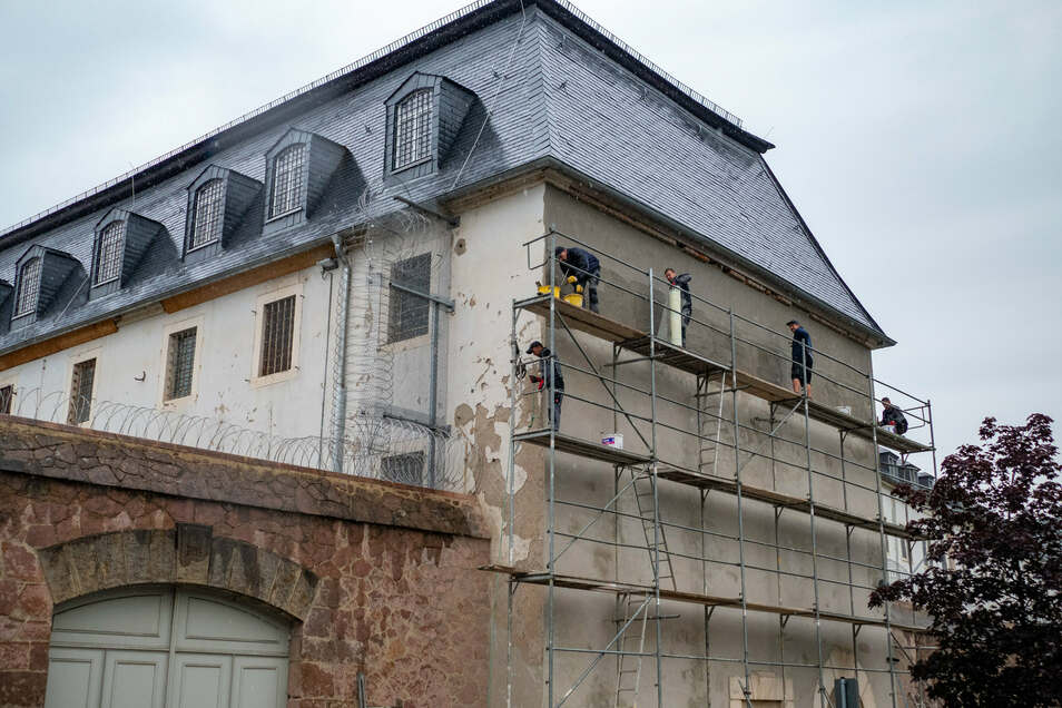 Bauarbeiten sind derzeit an einer Giebelwand des Waldheimer Gefängnisses erforderlich. Dort bröckelt der Putz ab.
