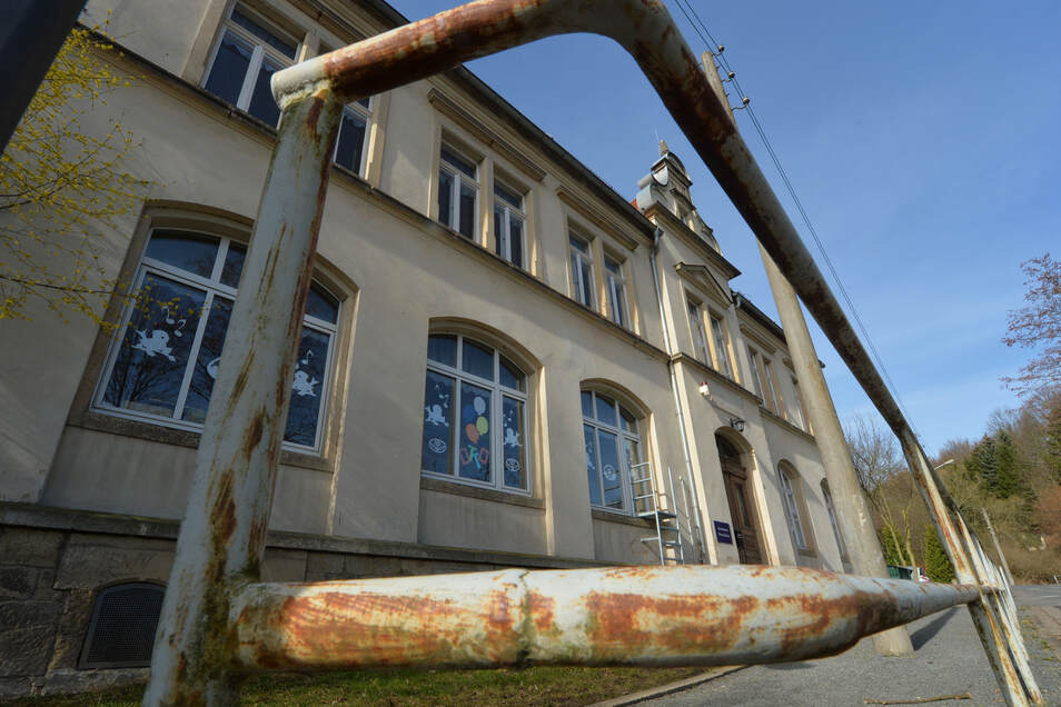 In die Jahre gekommene Grundschule in Pirna-Zehista: Sie taugt nicht mehr lange als Bildungsstätte.
