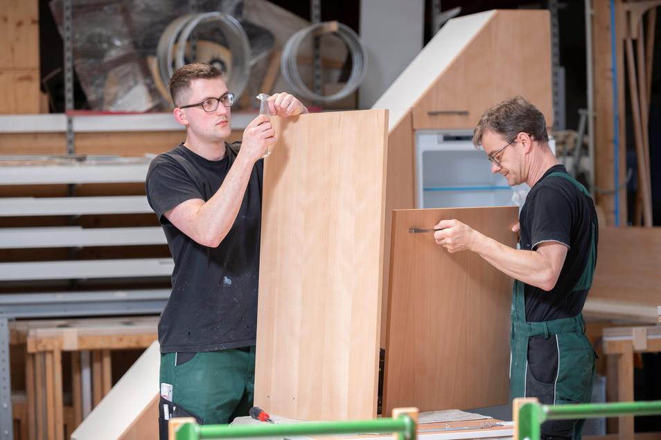 Die Manufaktur arbeitet auch in Pivatauftrag. Hier legen Florian Börner und Andreas Thiem (v. l.) Hand an.