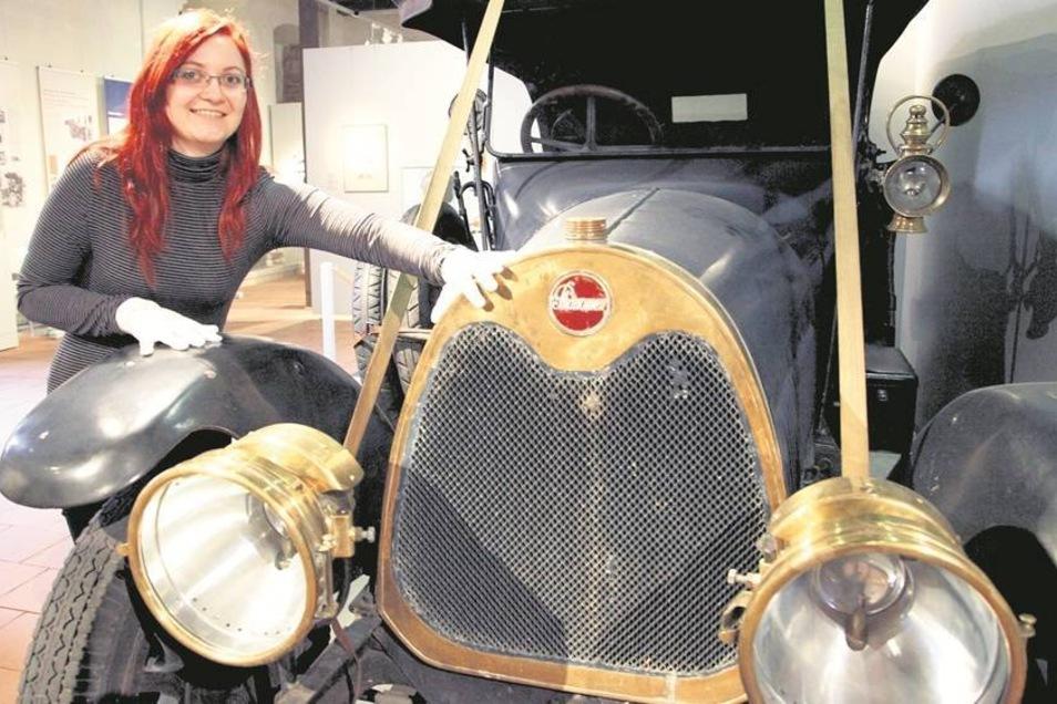 """Der """"Phänomen M.T.C. 10/30"""" gehört zu den kostbaren Exponaten der """"Phänomenal""""-Ausstellung. Marlis Rokitta freut sich, dass das 1916 gebaute Fahrzeug gezeigt werden kann. Fotos: Rafael Sampedro"""