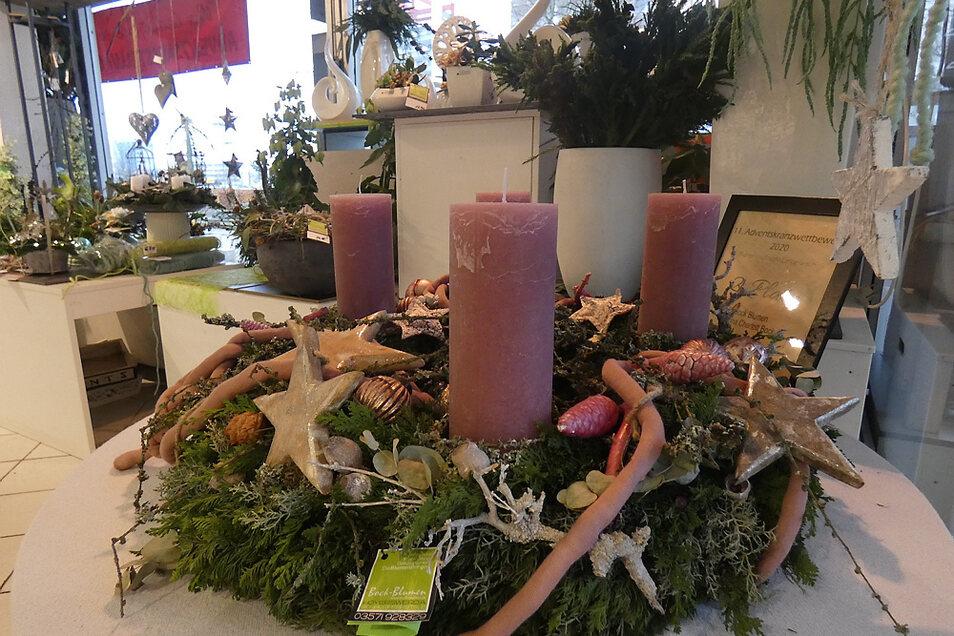Die Auswahl an weihnachtlichem Schmuck und Dekorationen ist groß: Vom ausgezeichneten Kranz bis hin zu kleineren Elementen reicht sie. (Bock-Blumen)