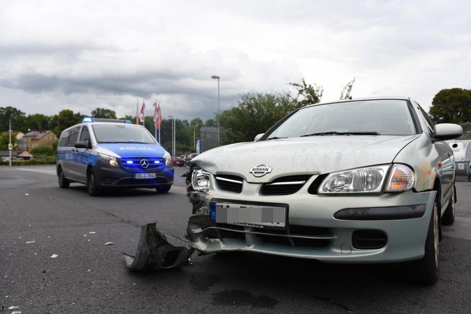 Der Mercedes traf den Nissan auf der rechten Seite. Die Almera-Fahrerin erlitt einen Schock.
