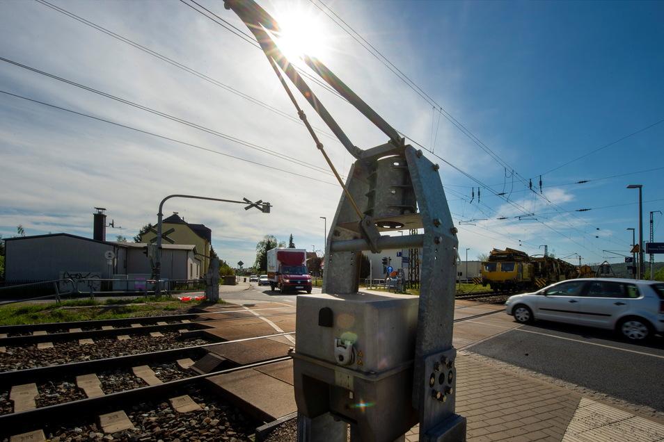 Die Schranken am Bahnübergang Kötitzer Straße sind bereits seit Beginn des Gleisbaus abmontiert.