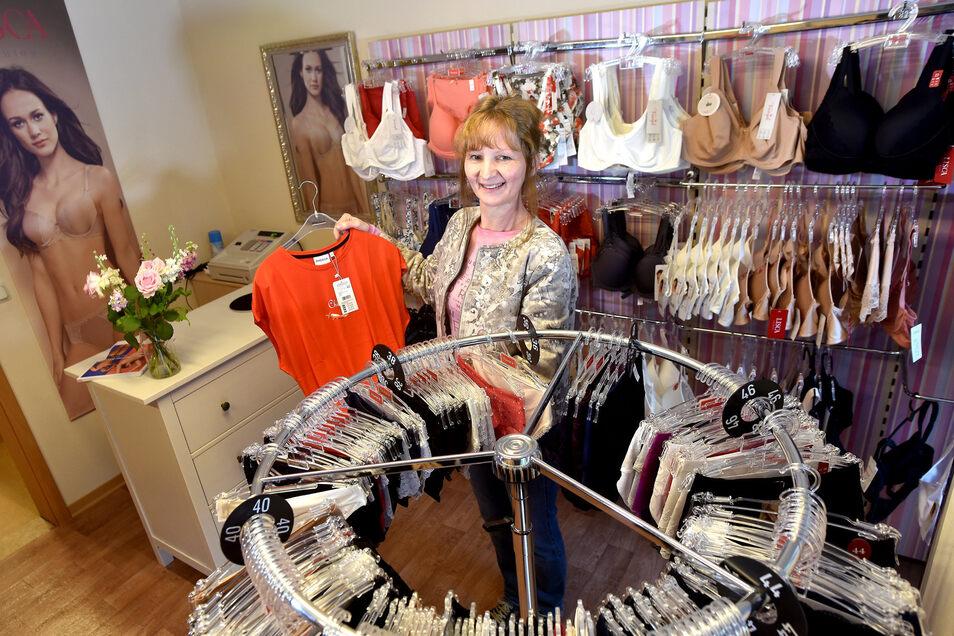 """Friederike Israel in ihrer Boutique """"Wäsche-Mode"""" am neuen Standort in Neugersdorf, die sie jetzt eröffnet hat."""