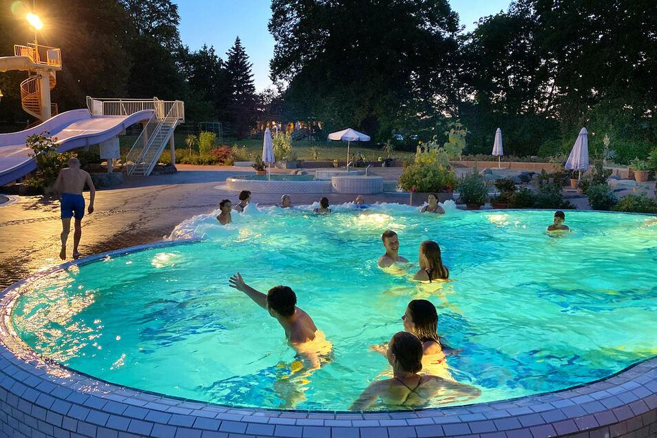 Den letzen Abend der Saison zum Baden nutzten etliche Gäste am Donnerstag im Freizeitbad Obercunnersdorf.
