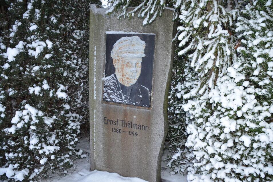 Neben dem Schulgebäude hat ein Thälmann-Denkmal die Nachwendezeit überstanden.