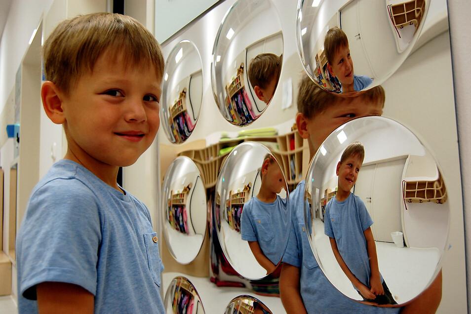 Oskar hat es nicht weit in den Kindergarten. Er wohnt in Burghammer. Neu in seiner Kita ist diese interessante Spiegel-Wand – unter anderem.