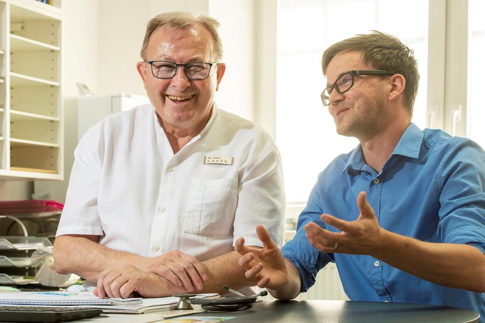 Freude allenthalben: Allgemeinmediziner Dr. Eckehart Horn (l.) wird zum Jahreswechsel in den Ruhestand gehen. Die Suche nach einem Nachfolger war erfolgreich: Dr. Maik Sauer übernimmt die Praxisräume in Großenhain.