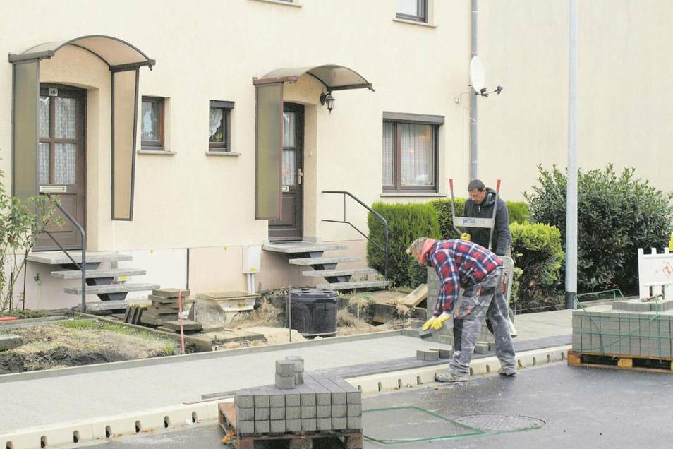 Zäune, Wege, Vorgartenpflanzungen von Anwohnern mussten den Bauarbeiten weichen. Nun wird, soweit es geht, der einstige Zustand hergestellt und Wege gepflastert.