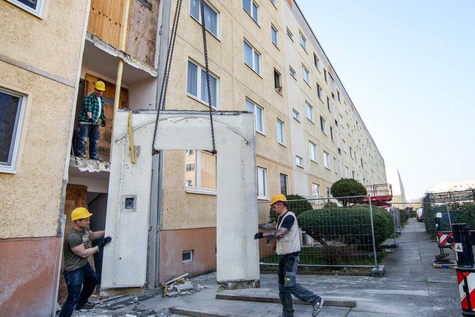 Am Dienstag begannen an drei Eingängen von Häusern der Königswarthaer Wohnungsgenossenschaft die Arbeiten für den Anbau von Personenaufzügen.