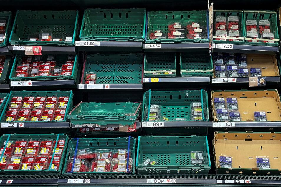 Ein Blick auf leere Obst- und Gemüseregale in einem Londoner Supermarkt.