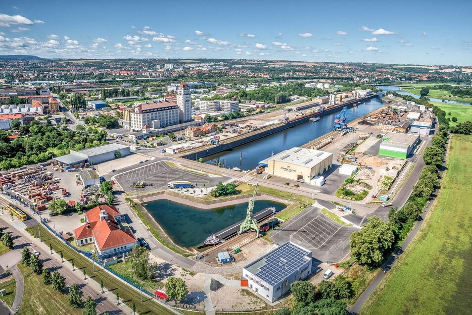 Der Dresdner Alberthafen wurde zwischen 1891 und 1895 erbaut. Auf dem Gelände sind knapp 50 mit etwa 650 Beschäftigten angesiedelt, darunter die Sächsische Binnenhäfen Oberelbe GmbH.