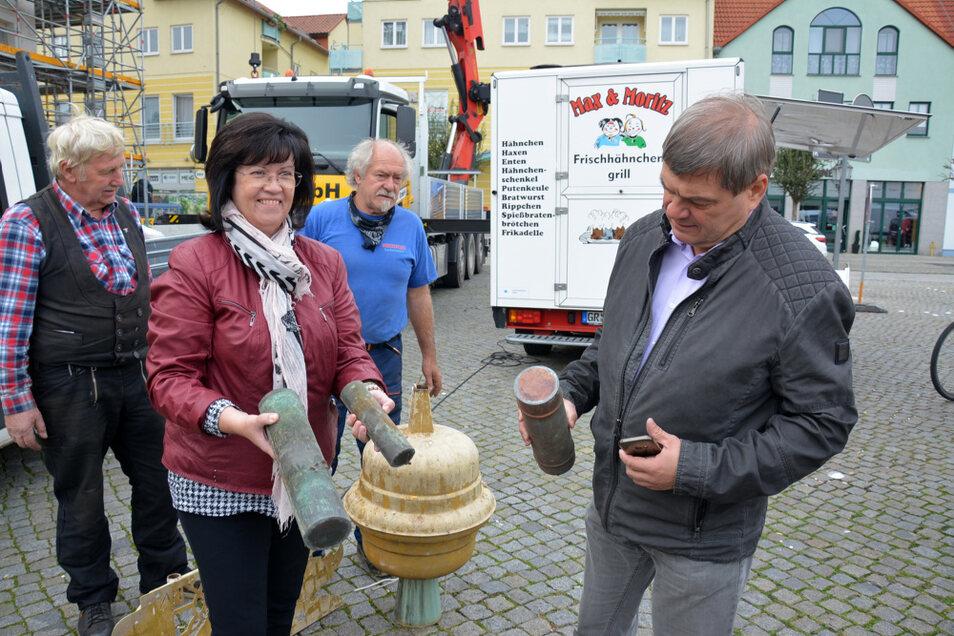 Was da wohl drin ist? Auch Sprembergs Bürgermeisterin Christine Herntier weiß es nicht, ehe die Kapseln demnächst fachmännisch geöffnet werden.
