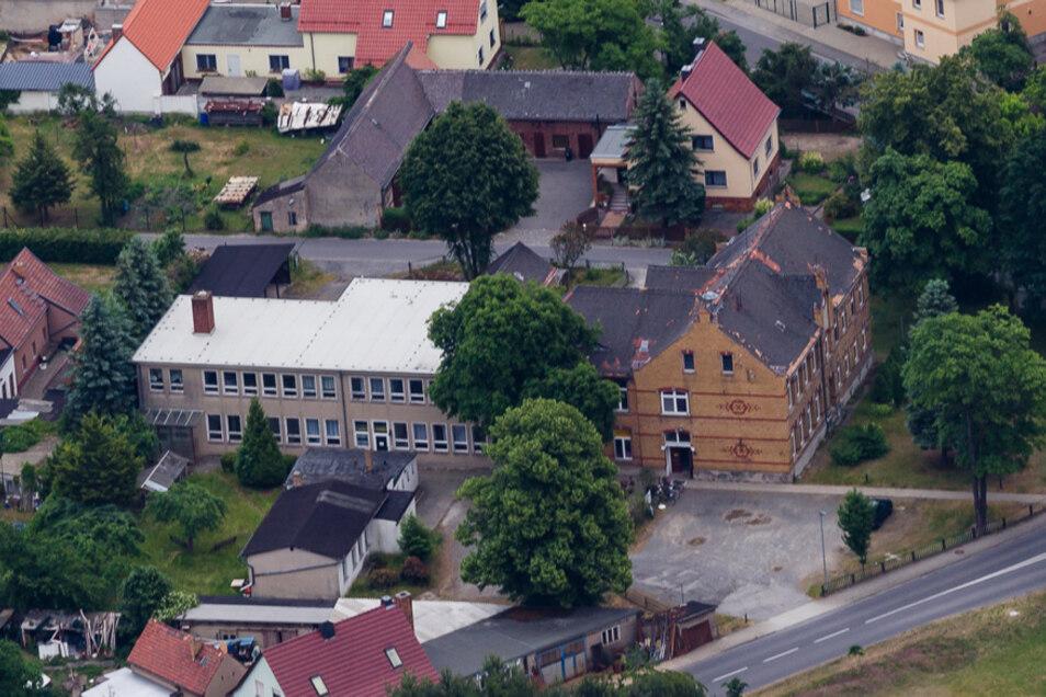 Die neue Wiednitzer Schule wurde 1998 geschlossen und im Anschluss von der Gemeindeverwaltung, von Vereinen, von der Kleiderkammer und einem Lebensmittelladen genutzt. Auch Wohnungen waren vermietet. Ende 2013 wurde die Immobilie verkauft.