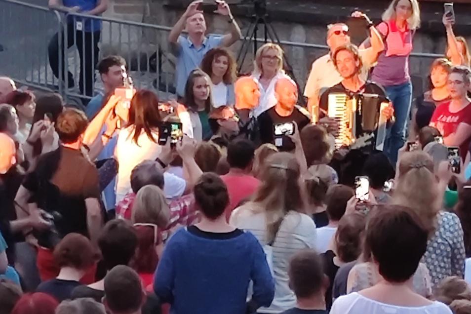 Zum Schluss spielte Milow mit einigen seiner Musiker mitten im Publikum.