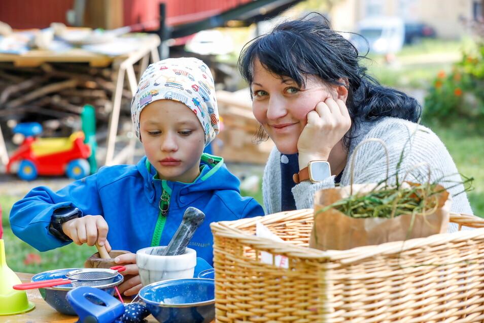 Eine Mutter machte mit ihrem Sohn Kräutersalz beim Naturpark-Kinderfest.
