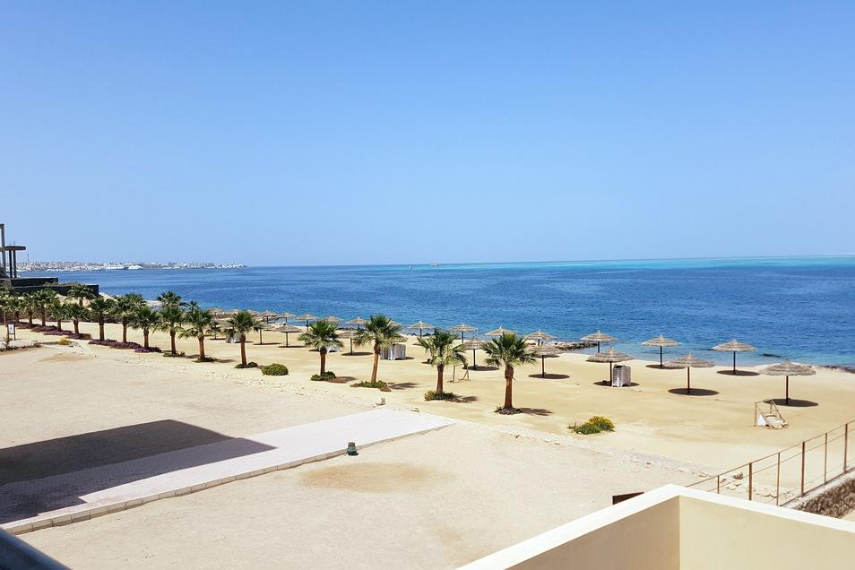 Menschenleerer Strand im ägyptischen Hurghada.