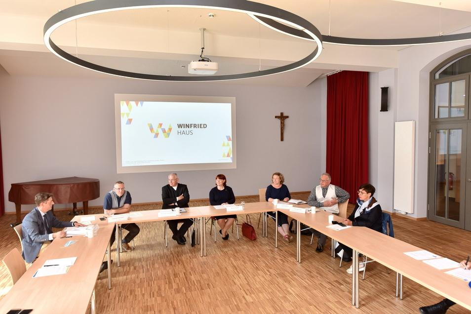 Im großen Saal stellte Heimleiter Stephan Schubert (2. von. links) das Haus vor. Bischof Timmererevers (3. von links) berichtete aus der Vorgeschichte.