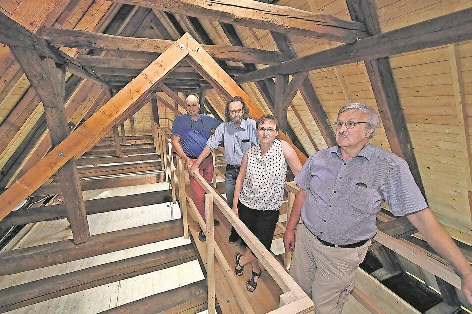 Alles neu am Rückersdorfer Kirchendach. Pfarrer Wolfram Albert (vorn), Planer und Bauleute treffen sich zur letzten Besprechung.