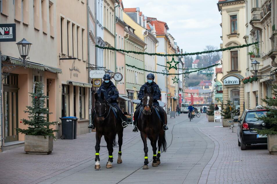 Polizeibeamte kontrollieren die Pirnaer Innenstadt.