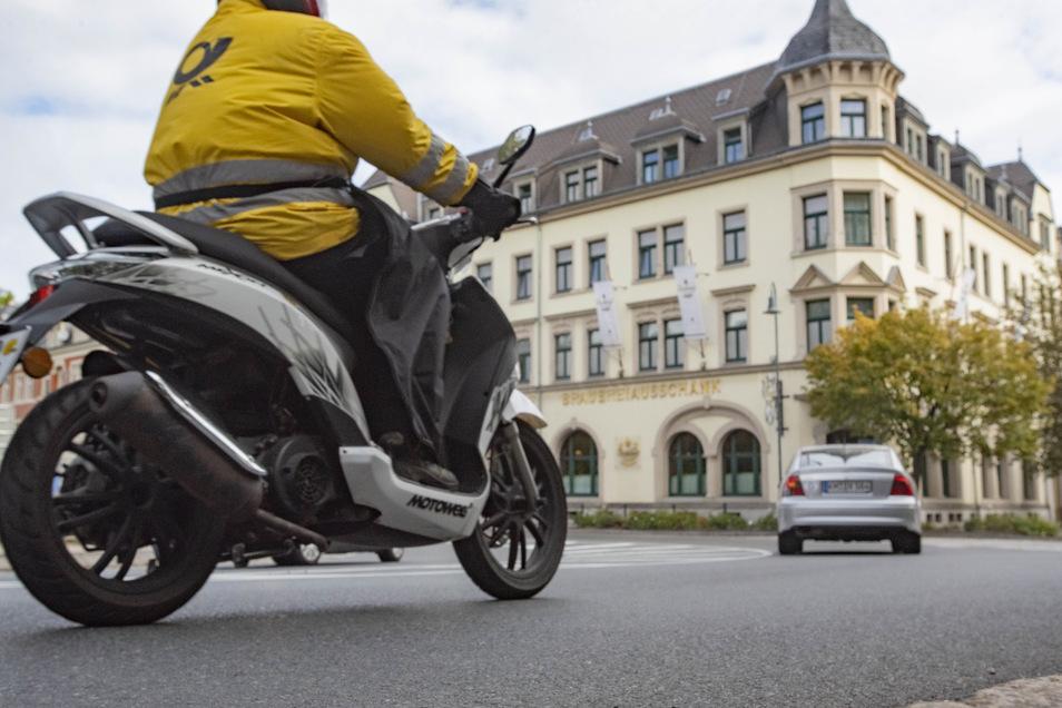 Am besten nur Schritttempo: An der Kreuzung Dresdener Straße/Hauptstraße in Radeberg stürzten immer wieder Moped- und Motorradfahrer. Auch Autos kamen ins Schleudern. Jetzt wird die Ursache beseitigt.